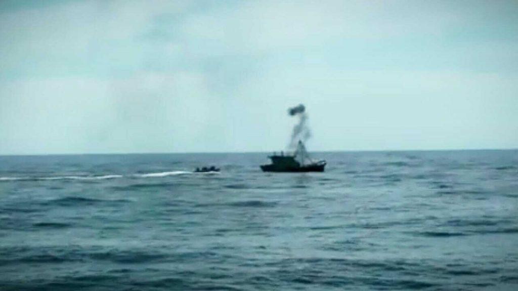 Kapal Vietnam menangkap ikan secara ilegal di perairan laut Natuna Utara. (Foto: Dispen Koarmada I)