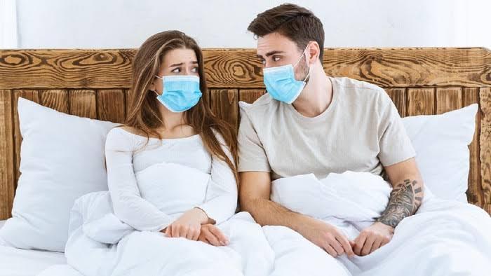 Bercinta pakai masker untuk tangkal corona (Foto: Getty Images/iStockphoto)