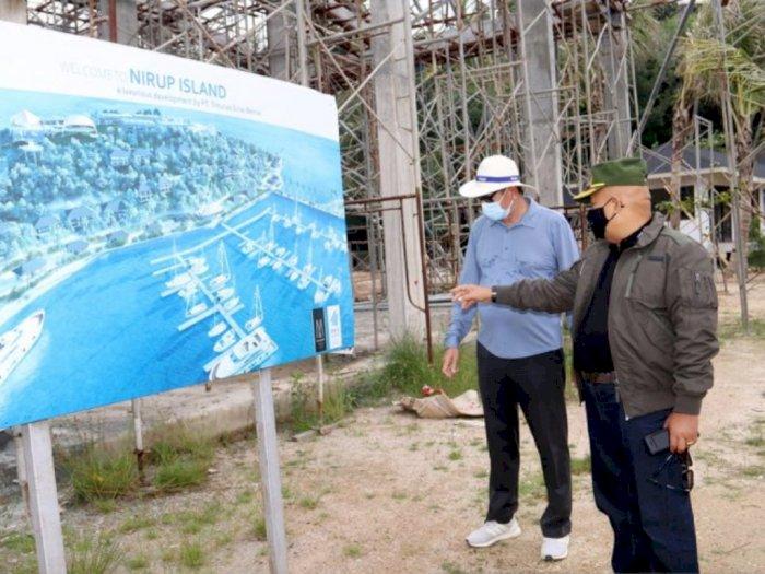 Pjs Wali Kota Batam Syamsul Bahrum saat mengunjungi pulau yang akan dikembangkan sebagai kawasan pariwisata