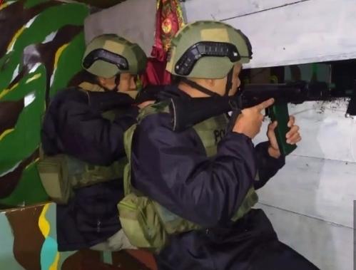Keterangan gambar : Personel Sat Brimob Polda Kepri BKO di Polda Papua saat melakukan Piket Serambi Malam Siaga Fajar dalam Ops Pamrahwan dan antisipasi KKB 2020. (Foto : hasil screenshot video kiriman dari Brimob Polda Kepri)