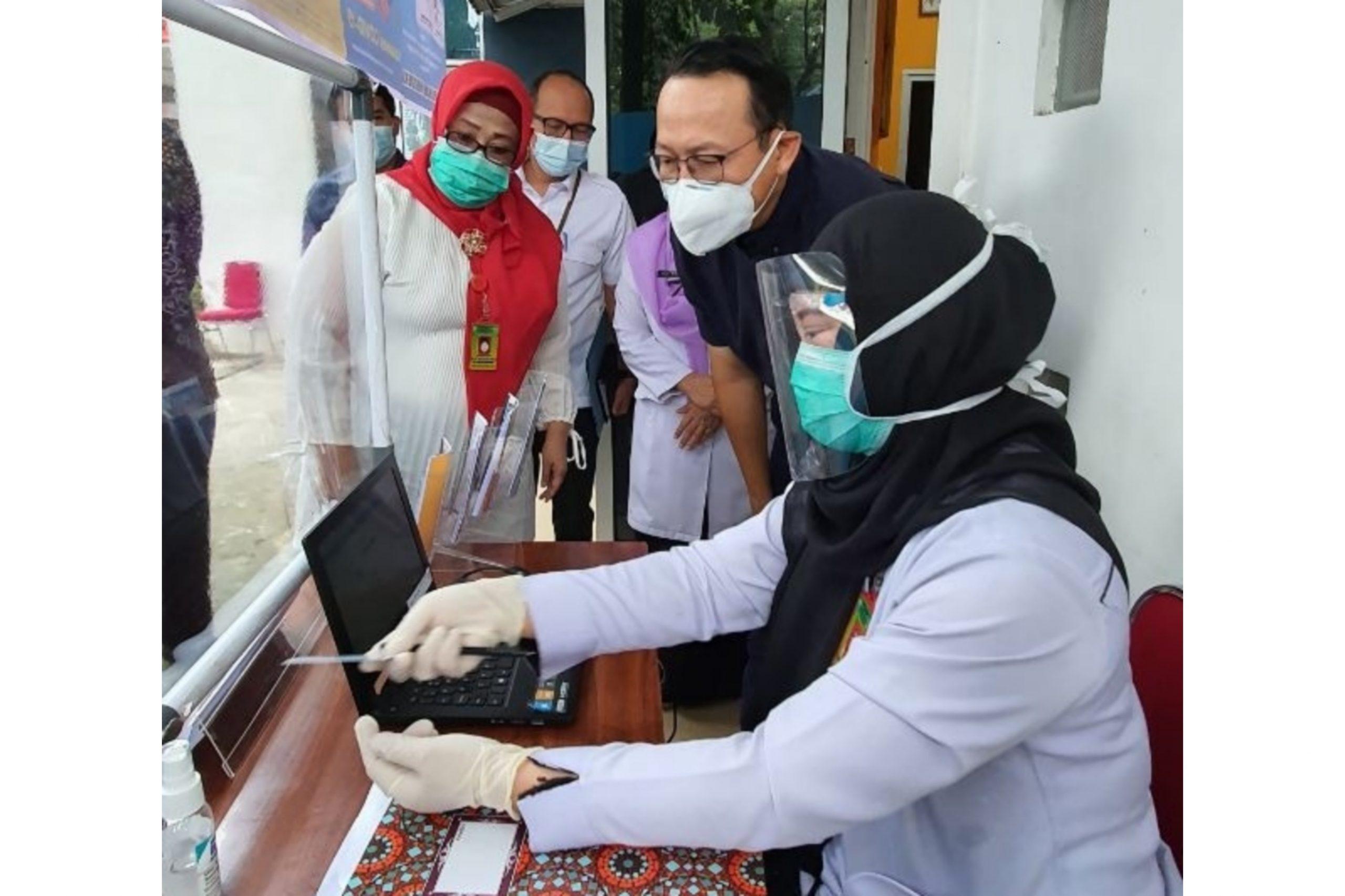 Keterangan gambar : Dirut BPJS Kesehatan, Fachmi Idris (dua dari depan) saat tinjau langsung kegiatan vaksinasi Covid-19 untuk Nakes di Puskesmas Merdeka Palembang. (Foto : istimewa)