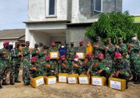 Keterangan Gambar :Penyerahan bantuan sembako kepada prajurit TNI-AL yang terdampak banjir dan tanah longsor oleh Wadanlantamal IV, Kolonel Marinir Andi Rahmat M. (Foto : istimewa)
